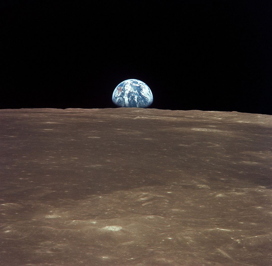 http://leonidkonovalov.ru/upload/medialibrary/da4/View_from_the_Apollo_11_shows_Earth_rising_above_the_moonss_horizon2.jpg